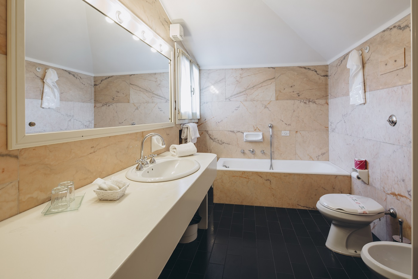 double-bedroom-bathroom-hotel-roma-bologna